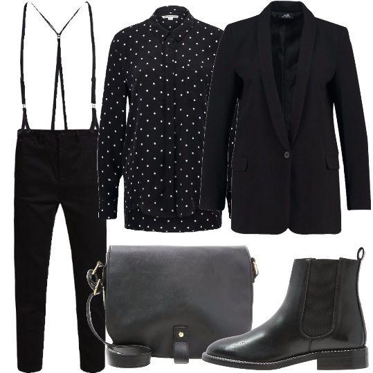 Una novità quest'anno sono le bretelle. In questo caso le troviamo già applicate a questo paio di pantaloni neri, chino. Abbiniamo una camicia nera a pois bianchi, un blazer nero, una borsa a tracolla e stivaletti chelsea neri, in vera pelle.