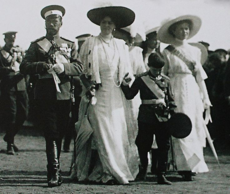 "Imperial couple with their children during the celebrations of the battle of Borodino, 1912.  ""AL"""