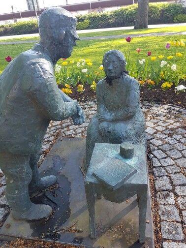 Kungsbackagumman är gjord i brons av Sven Robert Lundqvist och föreställer Britta Lena Andersson som verkade som naturläkare i Kungsbacka.
