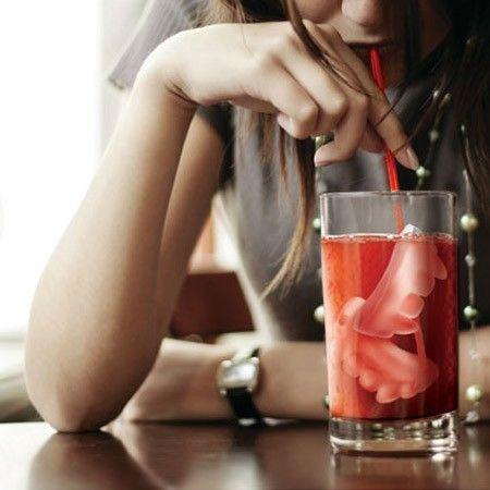 Seu sangue pode não ser gelado, mas sua bebida sim! Forma de gelo em forma de dentes de Vampiro! Aterrorizante!! Disponíveis em preto ou vermelho. Material: ...