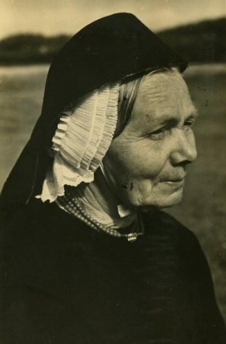 Boerin in Terschellinger klederdracht, 1950 (fotnummer AFR01691).