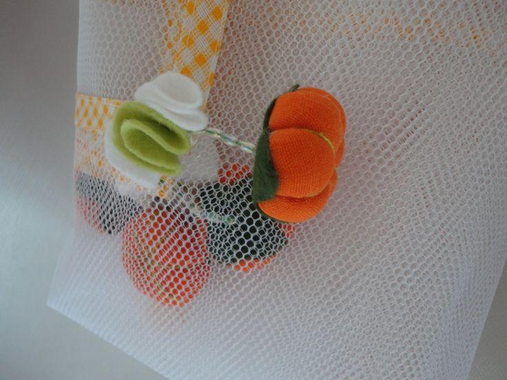 Cobre alimento de filó, acabamento em viés, com abóboras e flores de feltro.    Abóboras em tecido 100% algodão, enchimento de fibra siliconada, detalhes em miçanga e feltro.    Acompanha uma linda embalagem em filó e acabamento em viés. Tamanho 37cm x 25cm    Largura: 1,00 m  Comprimento: 1,50 m...