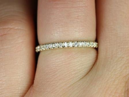 Dieses einfache, aber interessante Gestaltung ist ein muss haben Klassiker! Dieser Ring ist eine leichte Drehung der klassische Diamant Ewigkeit Band!  Alle Steine benutzten sind nur Prämie geschnitten, fair gehandelte und/oder konfliktfreie! Unsere Diamanten sind immer natürliche nie behandelt oder für bessere Farbe oder Klarheit verbessert. Unsere Produkte sind nur mit feinstem recycelte Metalle erstellt. Rosados Box ™ arbeitet hart, um die Welt ein Stück Schmuck zu einem Zeitpunkt spe...