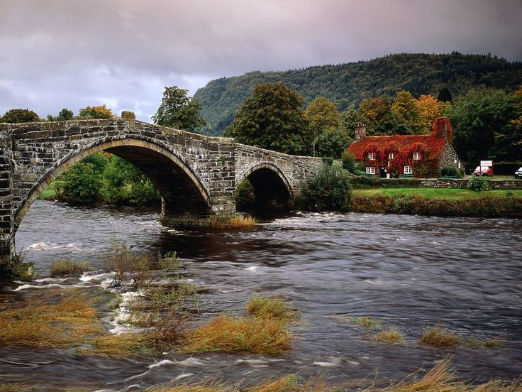 I could live there. Llanrwst Bridge, Conwy River (from photography-match.com)