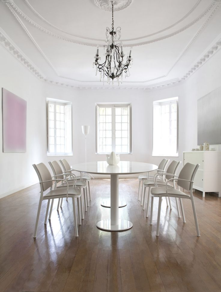 Love this dining area at Zabalaga House, a mix of classical architecture with contemporary design. Love those STUA Gas chairs around a large elliptical Zero table, both Jesus Gasca designs. HOUSE: www.stua.com/eng/hogares/zabalaga.html