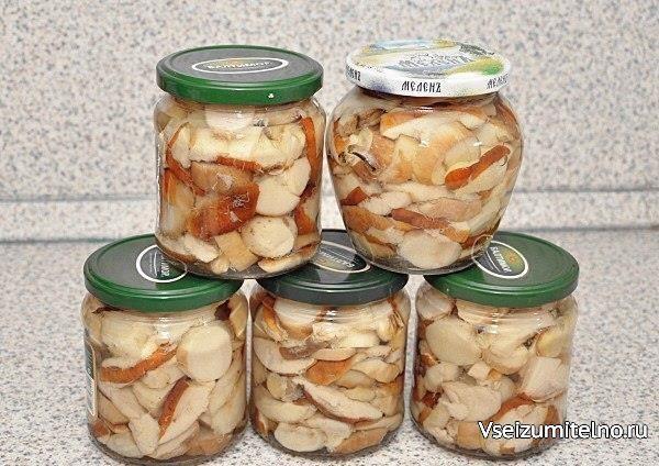 Маринованные белые грибы без уксуса  Ингредиенты:  Белые грибы — 800 Грамм Лавровый лист, зерна перца горького и душистого, перец горошком — По вкусу Лимонная кислота — 1 Чайная ложка Сахар — 50 Грамм Соль — 30 Грамм Вода — 2 Стакана  Процесс приготовления:  1. Отбираем тщательно грибы и моем их. Я обычно беру грибы среднего размера.  2. Тщательно чистим их и моем еще раз. Еще секрет - замочите грибы на час в холодной воде и обрежьте корешки.  3. Теперь нарезаем боровики на 4 части. Если…