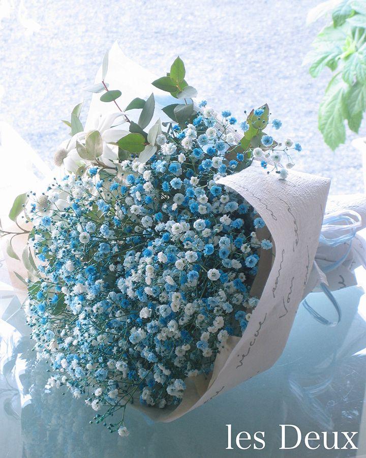 [サムシングブルー]ブルーに染めたカスミソウをメインにユーカリとフランネルフラワーをあしらった贈呈用の花束