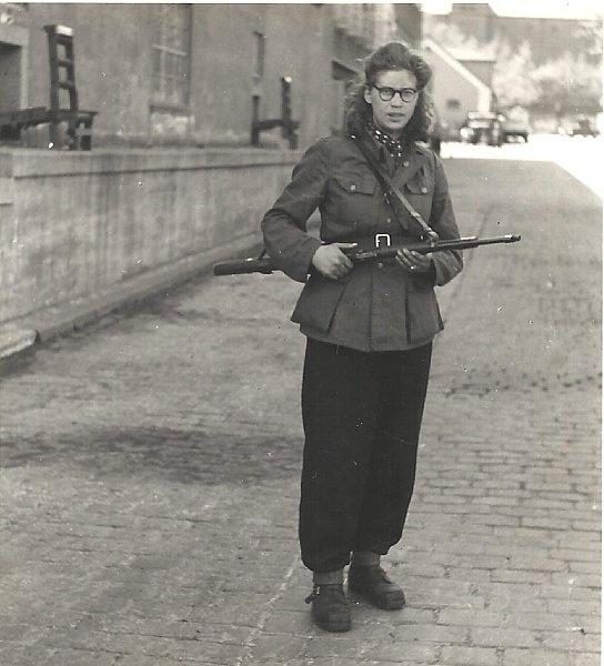 Kvindelig frihedskæmper bevæbnet med gevær på bryggeriet Carlsberg i maj 1945 (ukendt) Frihedsmuseets Billedarkiv http://erez.natmus.dk/FHMbilleder/Site/index.jsp