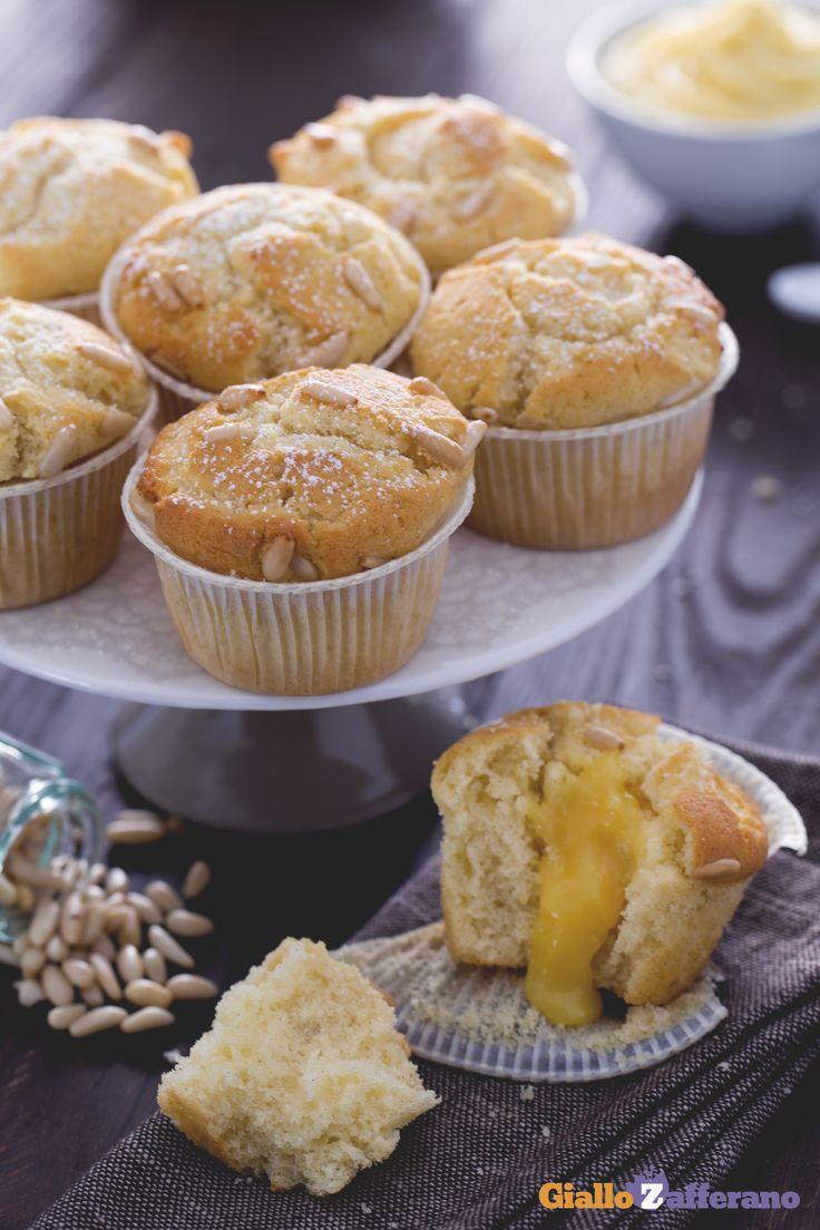 Chi ama la torta della nonna, avrà una passione speciale anche per i suoi #muffin con un cuore di crema pasticcera! #ricetta #GialloZafferano: http://ricette.giallozafferano.it/Muffin-della-nonna.html #italianrecipe