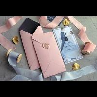 Конверты из дизайнерской бумаги с сургучной печатью с изящным оттиском и нежные акварельные пригласительные — элегантный дуэт для зимней свадьбы