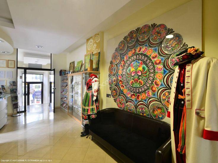Obiekt znajduje się w zabytkowym centrum Łowicza na Starym Rynku w otoczeniu największych atrakcji turystycznych. Polecamy: http://www.nocowanie.pl/noclegi/lowicz/kwatery_i_pokoje/92940/