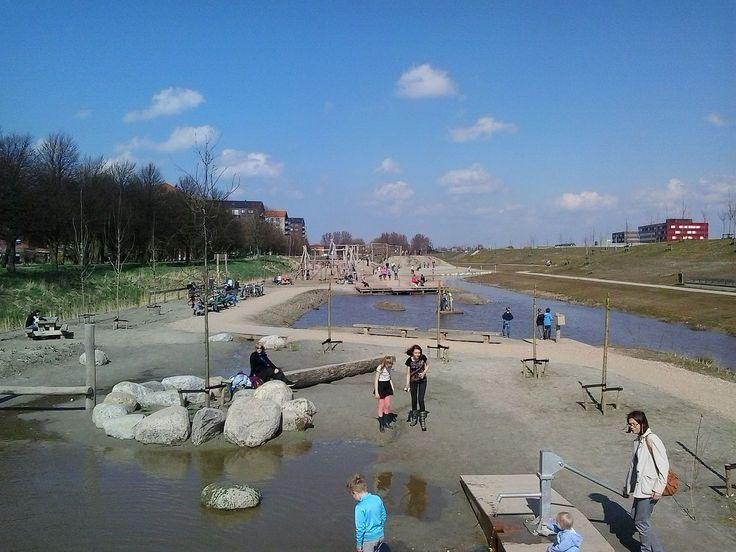Waterspeeltuin 'Tuin van Floddertje' in het zuidelijke deel van het park (maart…