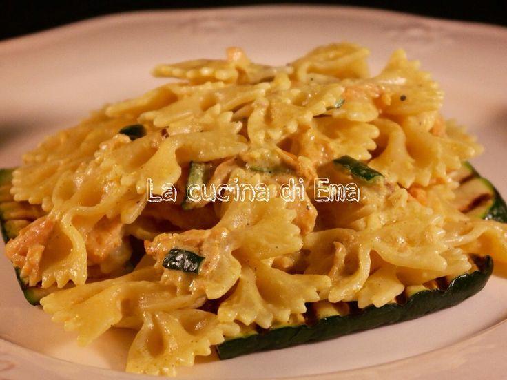 Pasta+con+salmone+e+spezie+su+letto+di+zucchine