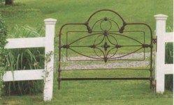 Une ancienne tête de lit en fer forgé pour délimiter l'espace. Ici, fait office de portail.