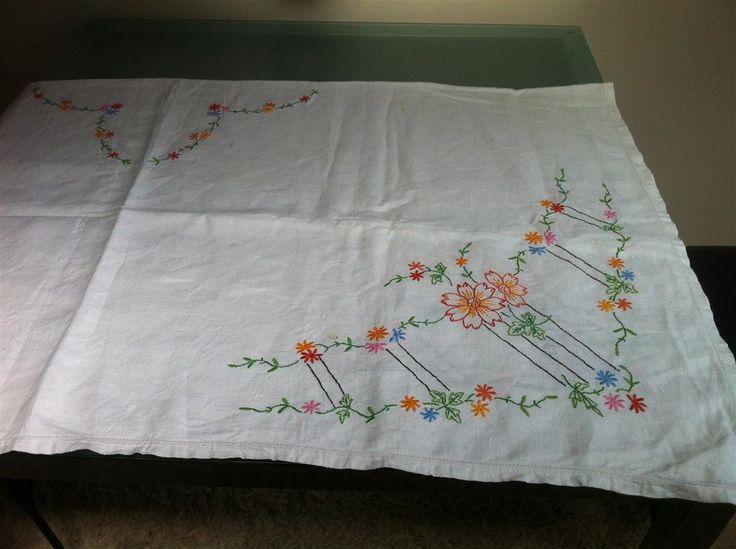 Linnen tafelkleed Iers borduurwerk was een kostbaar bezit, helaas gestolen in de RAI tijden een expo.