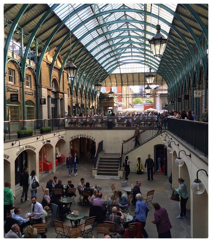O Covent Garden Market  Uma construção em estilo neo-clássico com teto de vidro a poucos metros da Leicester Square e da Trafalgar Square.  Este mercado é um importante centro de lazer e convivência com lojas cafés restaurantes bares e barracas de artesanato. Além disso é um local onde os tradicionais artistas de rua se apresentam o que torna o lugar ainda mais charmoso. Iphone Photo- Maio/2015  #lonelyplanet #eurotrip #Instatrip #instatravel #instaeurope #wanderlust #worldtraveller #porai…