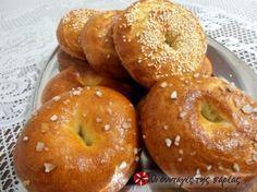 Νόστιμα αφράτα στρογγυλά ψωμάκια εβραϊκής καταγωγής. Τρώγονται γεμιστά ή σκέτα!
