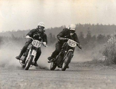 左側 NO917が砂子 砂子義一  1959年(昭和34年) に再開された「第3回全日本オートバイ耐久ロードレース・第2回全日本モーターサイクル・クラブマンレース大会」にも砂子義一は「ロアー・ヤマハクラブ」の代表としてYDS(250cc)で第1日目メインレースの国際クラスに出場。