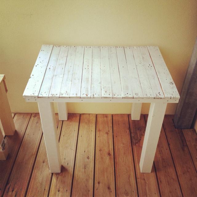 MY pallet balcony table. Though we used an old Ikea bed aswell. The table board is portable! - Mein Balkontisch aus einer Palette und einem alten Ikea Bett! #diy #pallet #IKEA