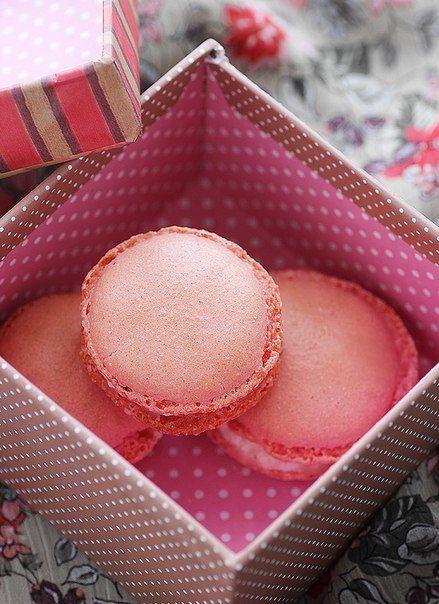 Розовые макаруны с клубникой