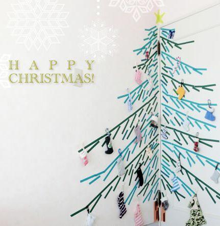 マスキングテープを活用し壁の隅に立体的なクリスマスツリーを作成した画像