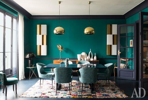 Столовая. Стол и стулья сделаны на заказ. Стулья обиты твидовой тканью от Dominique Kieffer for Rubelli. За столом буфет 1950-х годов, на нем винтажная лампа в форме листа работы Томмазо Барби.