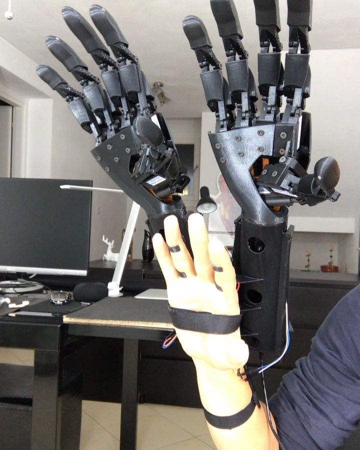 When Double Hand works . #bionic #robot #design #DIY #industrialdesign #prosthetics #instagood #3dprint #follow #3D #3dmodel #cosplay #cyborg #mechatronics #medical #beautiful #technology #amazing #style #cool #ironman #maker #arduino #RaspberryPi #mechanics #animation #look #instagood #selfie #love #inspiration