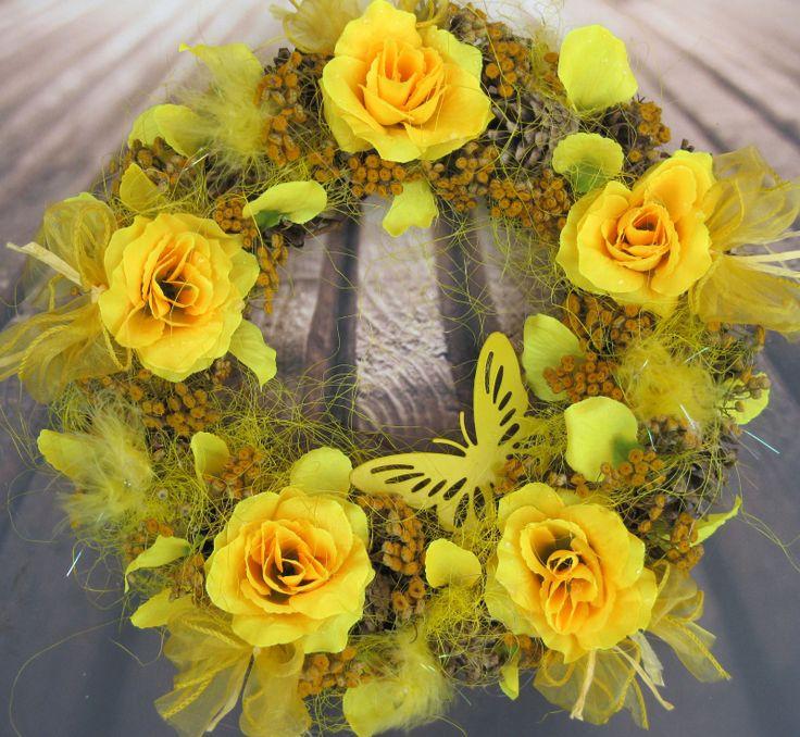 Sluníčko Věneček na břízovém základu s látkovými květinami, vratičem, šiškami, plechovým motýlem.., průměr 33 cm
