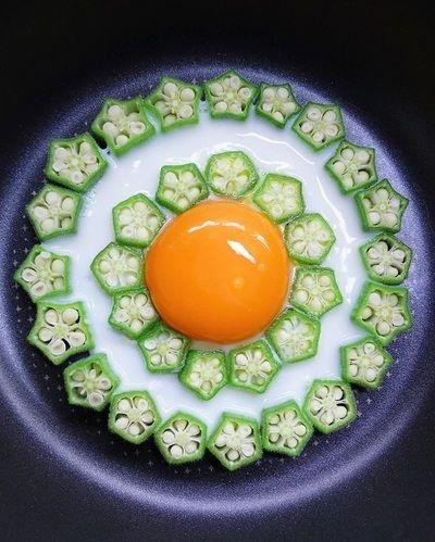 野菜で彩るデコ目玉焼きが人気を集めています。野菜×卵なんて栄養バランスもばっちりだから、毎日でも食べたくなる組み合わせですよね♪特にSNSで話題になっているのは「巣ごもり卵」。気になるデコ目玉焼きの作り方とアレンジアイデアをご紹介します。