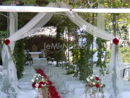 http://www.lemienozze.it/gallerie/foto-fiori-e-allestimenti-matrimonio/img33536.html  Fiori per il matrimonio rossi e bianchi per un elegante cerimonia