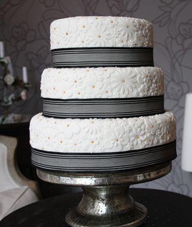 Hochzeitstorte Emma mit unterschiedlichen aufgesetzten Zuckerblumen, die ähnlich eines Puzzles aneinander gelegt werden.