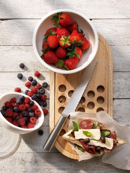 Stylowy brunch. Weekendowe śniadania potrafią przedłużać się do godzin popołudniowych. Próbując świeżych owoców, wykwintnych serów, dopiero co upieczonego pieczywa jeszcze bardziej celebrujemy nieśpieszny lunch. W głowie już mamy pomysły na niezapomnianą kolację.