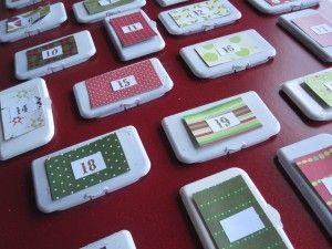 Calendari d'advent fet amb tapes de les tovalloletes humides. En obrir la tapa, a dintre s'hi amaga el missatge. Genial!
