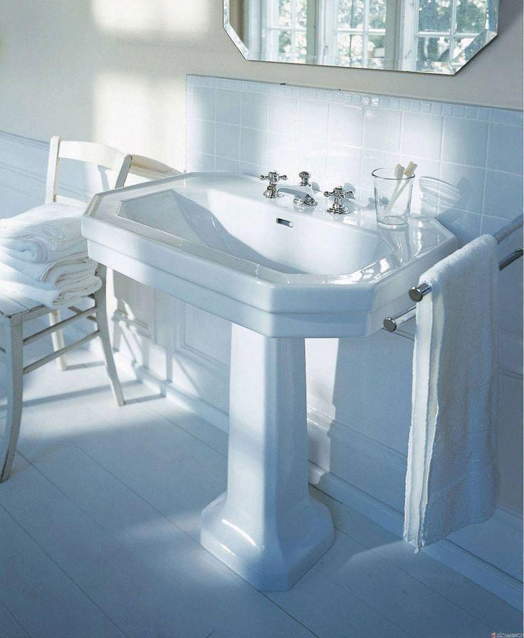 Duravit Lavabo Serie 1930 Lavabo dallo stile classico appartenente alla collezione Serie 1930, proposto nella versione su colonna e realizzato in ceramica nel colore bianco Alpin. Completo di foro per il troppopieno e piano per la rubinetteria, è disponibile in diverse misure e nelle versioni da appoggio-incasso sopra-piano, lavamani o lavamani angolare.