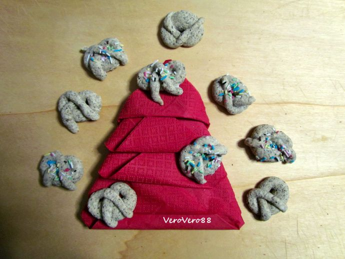 BUCKWHEAT BREZEL COOKIES - Biscotti di grano saraceno #christmas #natale #biscuits #cookies #biscotti #granosaraceno #saraceno #buckwheat #ricetta #recipe #VeroVero88 #brezel