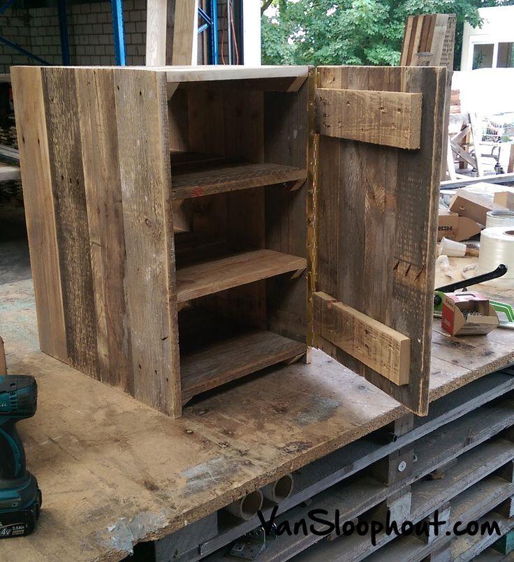 Leuk bijzetkastje of nachtkastje van sloophout met planken en een deur om de inhoud af te - Te sluiten kast push pull ...