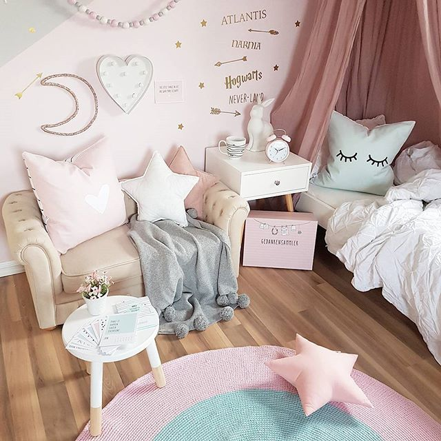 Let's stay home❄☕💕 What's better than staying home with hot chocolate in bed when it's so cold outside? 💖 @odernichtoderdoch.de #odernichtoderdoch #letsstayhome #pillows #alarmclock #calender #spons #cosy #barnerom #kidsroom #kidsstyle #pink #girlsroom #jenterom #inspirasjon #interior #playroom