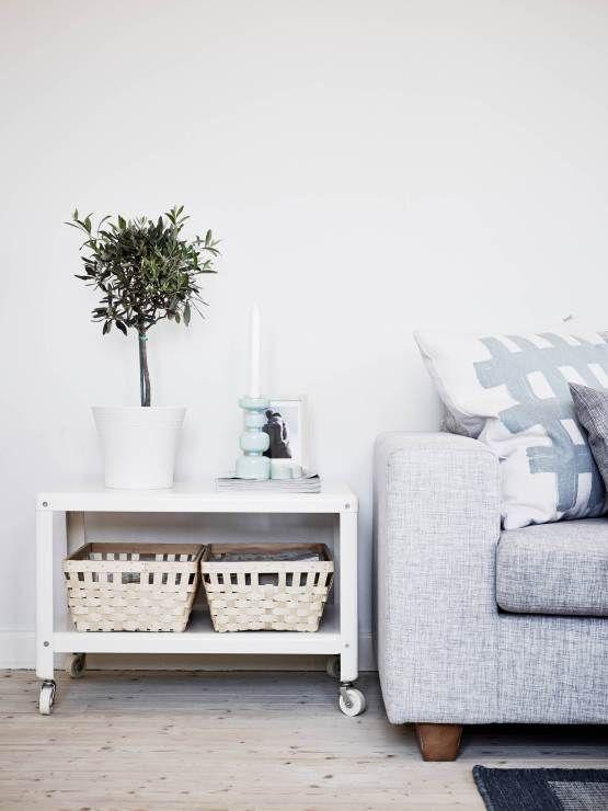 Un piso blanco y gris lleno de luz