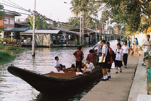 Gita in barca lungo i klong, Bangkok. Thonburi è un'area suggestiva, è qui che tu ed i tuoi figli potete osservare la Bangkok di una volta, niente grattacieli e sopraelevate ma le vecchie case in legno su palafitte ed i canali dove i bimbi giocano in acqua. Sarà un'esperienza insolita per tutta la famiglia. Le longtail si noleggiano in tutti i piers principali.