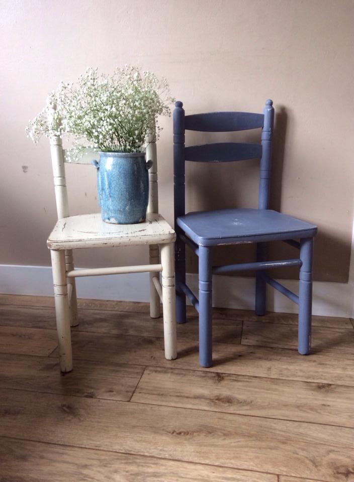 Twee schatjes van Heilag stoeltjes, de witte is nog origineel, de blauwe is geverfd in deAnnie Sloan krijtverf kleuren original, en old violet/original! Groetjes Fia