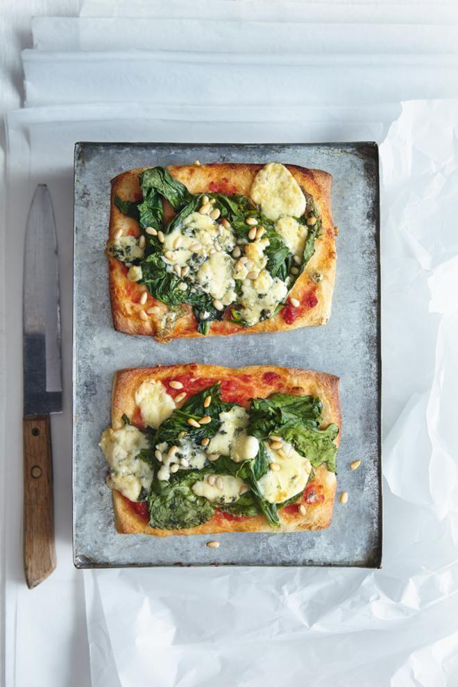 Πίτσα με ζύμη ολικής, σπανάκι, μπλε τυρί και κουκουνάρι