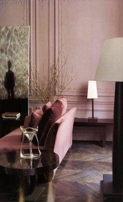 Altrosa mit schweren Möbeln in einem Mailänder Apartement.  (The Milan apartment of Romeo Sozzi, the head designer of Promemoria Furniture Collection | Architectural Digest)