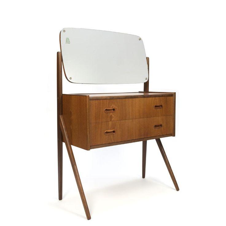 Deense vintage kaptafel uitgevoerd in teakhout uit de zestiger jaren. Het model heeft 2 ruime lades en een grote kantelbare spiegel en staat op een mooi vorm...