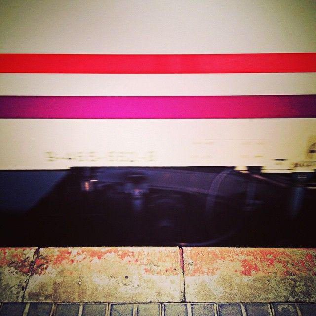 El tren llega a la estacion. Estoy convencido que aunque salga bien o salga mal, éste será mi sueño. Y apuesto por él. #Tren #Train #Cercanias #AunionCreatividad #Wimit #Purple #Lines #Route #Station #Me