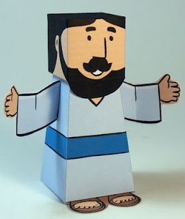 Personagens bíblicos feitos de papel.