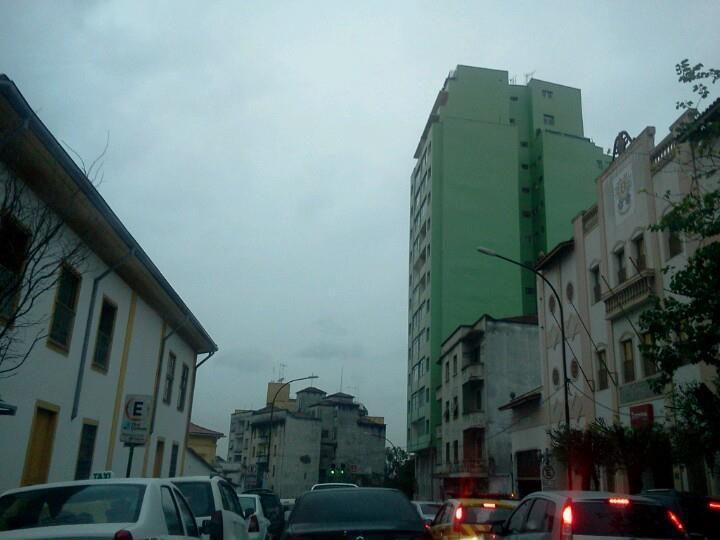 A Rua Tabatinguera em São Paulo, com trânsito e chuva. Coisas tipicamente paulistanas.