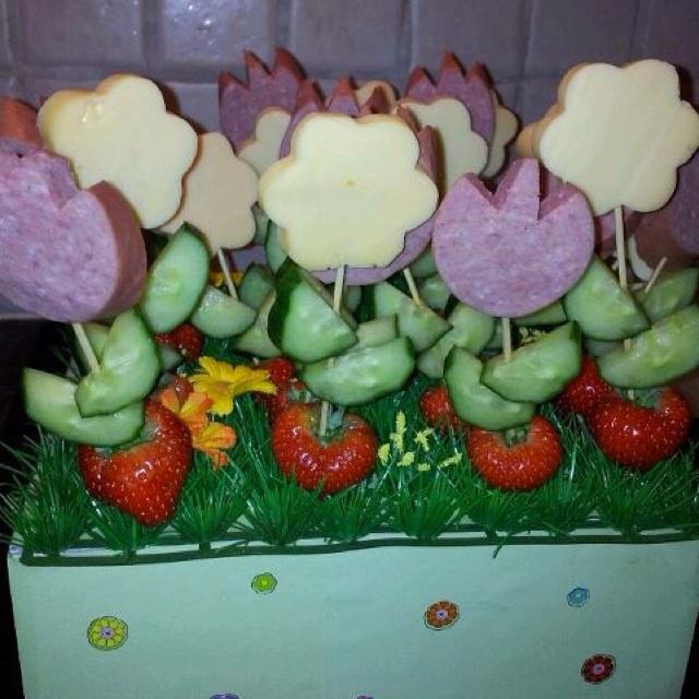 Een gezonde traktatie; Aardbeienpotjes met kaas of worst bloemen en komkommerblaadjes.   Met dank aan Therese ;)