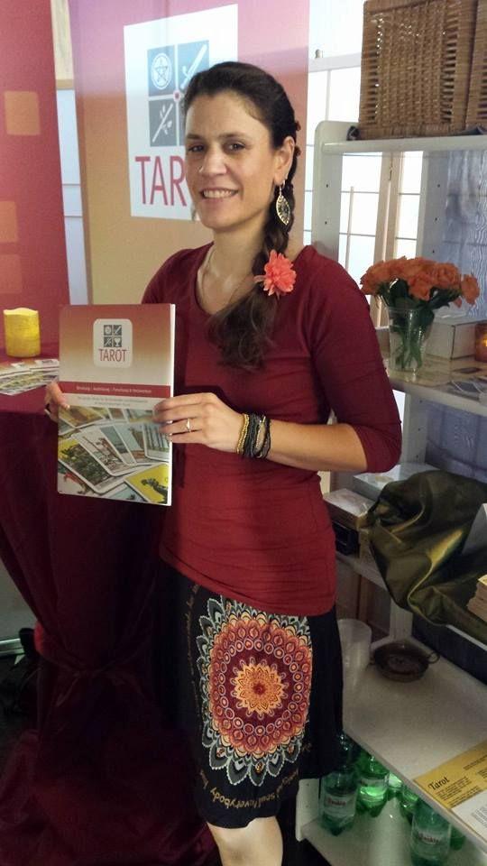 Melanie Assangni vom #tarot-atelier http://www.tarot-atelier.de/index1.htm mit unseren neuen, schicken Pressemappe auf der Esoterikmesse Köln.