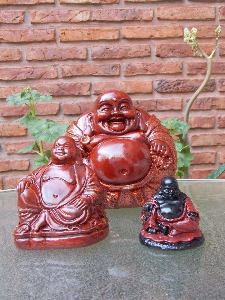 Buda Gordo #2 en caoba - altura: 10 cm, Buda Bola en caoba - altura: 16 cm y Buda Gordo #1 en caoba y negro - altura: 6 cm.