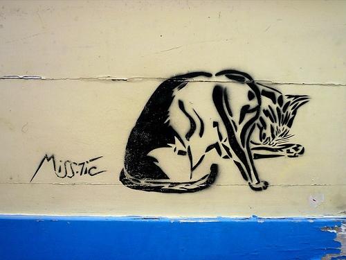 Street Art: Chat à sa toilette. Miss-Tic (Paris, France)